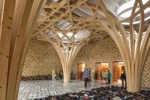 Das Atrium dient als Treffpunkt. An seiner einen Seite befindet sich ein Unterrichtsraum, an der anderen ein öffentliches Café. Oberlichter über den Baumstützen bringen großzügig Tageslicht ins Innere