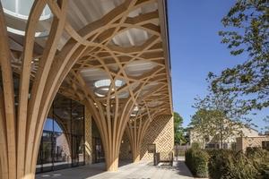 Die Struktur des Holztragwerks entwickelten die Architekten zusammen mit Professor Keith Critchlow, einem Experten für islamische Geometrien. Seine zweidimensionalen Handzeichnungen wurden in die 3D-Computermodelle übersetzt