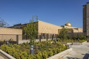 Die Außenwände der Moschee in Cambridge bestehen auch aus Holz und haben eine vorgehängte Fassade aus Klinkern, die sich farblich an den zwei- bis dreigeschossigen Wohnbauten der Umgebung orientiert