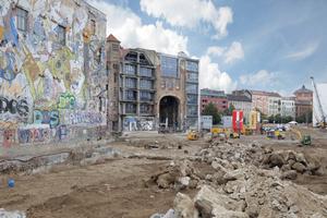 Heute schon erdgeschosshoch verbaut: Blick auf das Bauland von der Friedrichstraße aus im Jahr 2017