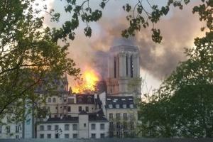 01 Die Tatsache, dass Holz brennt, kann zu spektakulären Brandereignissen führen