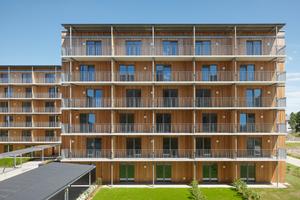 Als Maßnahme gegen Brandüberschläge entschieden sich die Architekten für durchlaufende Balkone aus Stahlbetonfertigteilen