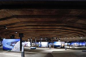 """Der 90m hohe Ausstellungsraum erhebt sich über dem Druckboden, unter dem weitere Ausstellungsflächen untergebracht sind (hier: """"Der Berg ruft"""")"""