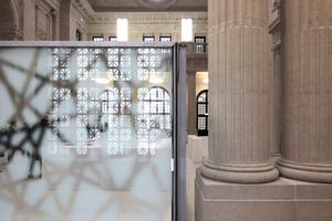 Öffentlich zugängliches Vestibül und Bibliothek sind über Sicherheitsschleusen von einander getrennt