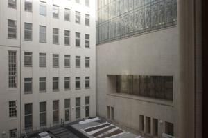 Blick in einen der insgesamt sieben Innenhöfe, die gerade leergeräumt werden. Oben die Sonderverglasung des Allgemeinen Lesesaals, darunter die Fensteröffnung der Launch