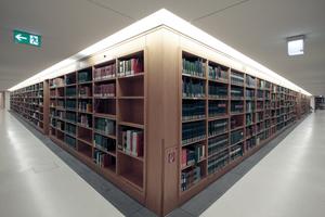 Bücher gibts hier auch in langen Regalen