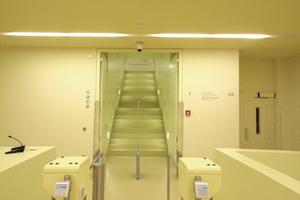 So sieht die Zugangskontrolle aus, die bisher von der Nordseite Bibliotheksbesucher in das Gebäude führte. HIer soll demnächst der Zugang zu öffentlicher Ausstellungsfläche untergebracht werden. Dann hoffentlich mit anderem Licht!