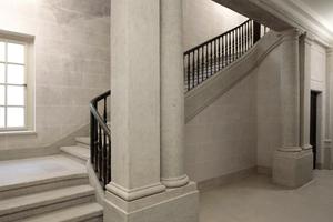 Historisches Treppenhaus mit teils nachgeformten Eisengeländerstützen
