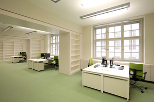 Großraumbüro mit sechs Arbeitsplätzen