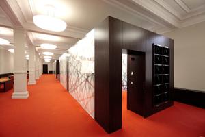 In den großen Raum eingestellte kleinere Besprechungsräume mit aller notwendigen Technik versehen