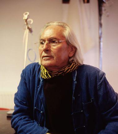 Ingo Maurer mit  einer seine bekanntesten Leuchten, der Lucellino