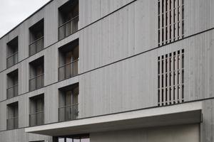 Die Fassade besteht beim 2nd Home Hotel aus einem vertikalen, geschlossenen Lattenrost aus Fichtenholz, in dem eine feine, horizontale Gliederung aus schwarz beschichteten Abtropfblechen die einzelnen Geschosse ablesbar macht