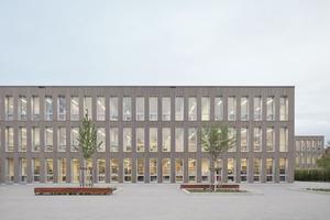 Die Fassade ist mit vorvergrauten Holzleisten aus Weißtanne bekleidet und erhält so zusammen mit den raumhohen Fenstern eine angenehme Tiefe
