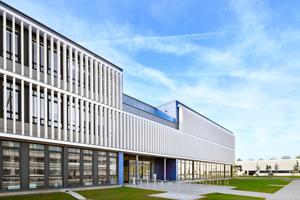 """""""Die Entscheidung der Flughafen München GmbH für ein Verwaltungsgebäude in Modulbauweise ergab sich aus der äußerst eingeschränkten Terminsituation von gerade einmal 18 Monaten. Die ausgereifte konstruktive und bauphysikalische Detailqualität der Module bot uns eine verlässliche Arbeitsgrundlage. Im Ergebnis ermöglicht sie einen hohen Vorfertigungsgrad im Werk, der wiederum zu einer gesicherten Ausführungsqualität führt,"""" Christoph Zobel, ZTR Planungsbüro, München"""