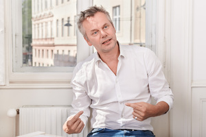 Heribert Wolfmayr schloss sein Architekturstudium in Graz 1999 ab und gründete zusammen mit Josef Staller 2004 das Büro heri&salli Architekten.