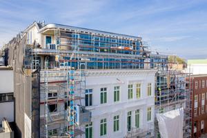 08 Harmonischer Übergang zwischen alt und neu: unten Klinkermauerwerk, oben Rückstaffelung mit Glas-Aluminium-Fassade