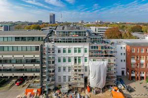 07 Die historische Fassade wurde schrittweise wieder an den Rohbau des neuen Gebäudes angebracht, restauriert und für die Integration der neuen Elemente, wie beispielsweise der Balkone, angepasst