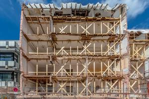 05  Die Fassade wurde vollständig und in nur sieben Teilen transloziert; anschließend folgte der Abbruch des Altbestands