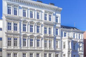 01 Bestand aus den Jahren 1878 bzw. 1898: Fassade aus Klinkermauerwerk mit aufgesetzten Stuckelementen