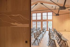 Im neuen Veranstaltungssaal erweisen sich Aula-Stühle und mAx-Klapptische von Wilkhahn als eine flexible, gestalterisch wie funktional passende Lösung. Sie können im Handumdrehen auf- und abgebaut und nach Wunsch angeordnet werden