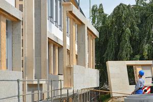 Durch die Konstruktion mit wärmebrückenfreien Stegträgern wurde bei den für den Schulcampus entwickelten Fassadenelementen der Holzbedarf um 50% reduziert. Beim Bauteilvergleich mit einem konventionellen WDVS-System schnitt die Fassadenlösung in allen Punkten (Primärenergie, Treibhauspotential, Versauerungspotential, grauer Energie) erheblich besser ab