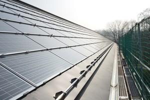Für die Konstruktion der Solardächer fanden die Architekten zusammen mit ihrem Solarteur GT-Solar ein System, das von der Firma Rehau eigentlich für den französischen Markt entwickelt worden war. Nachdem auch dort die Politik ihre Solarförderung drastisch reduzierte hatte, zog sich Rehau wieder aus dem Solargeschäft zurück und legte das System auf Eis. Für den Schulcampus wurde das System revitalisiert. Mit ihrem Forschungsprojekt konnten die Architekten nachweisen, dass mit einer Indach-Montage von PV-Modulen dank starker Hinterlüftung genau so viel Strom erzeugt werden kann wie mit einer Parallelmontage von Solarpanels auf einem Ziegel- oder Flachdach