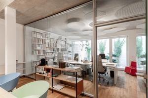 Die Büros befinden sich in Zonen mit niedrigeren Sichtbetondecken und haben alle Blickbezüge entweder zum zentral gelegenen Innenhof mit Sitztreppe oder aber zum japanisch anmutenden Steingarten an der südlichen Grundstücksgrenz