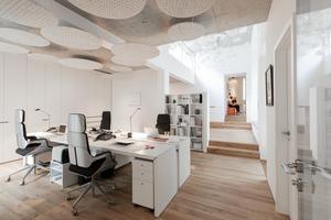 Eine offene Struktur, die Alt- und Neubau verbindet, ermöglicht das Arbeiten auf einer Ebene. Durch ein Oberlicht fällt genügend Tageslicht in die offene Teeküche, die zwischen den beiden Bereichen liegt