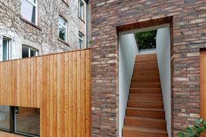 Im gesamten Gebäude gibt es keine<br />Dehnungsfuge, da die maximalen Wandlängen innerhalb der Toleranz der neu aufgestellten Mauerwerks-DIN liegen. An keiner Stelle ist ein gebrochenes Steinformat zu finden und sämtliche Holzverkleidungs- und Mauerwerksfugen gehen in Öffnungen der Wand auf