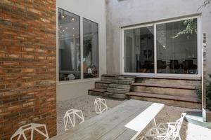 Trotz (oder wegen?!) der Verkleinerung der Hoffläche durch den Anbau wird der Außenraum jetzt intensiver genutzt