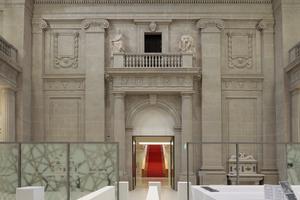 Nach Portikus, Hof, Vor- und Haupteingangshalle hinauf ins Vestibül. Hinten leuchtet die Treppe, die zum Allgemeinen Lesesaal führt