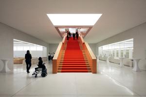 Treppe zum Allgemeinen Lesesaal, links Launch, rechts Katalog, dahinter der Rara-Lesesaal