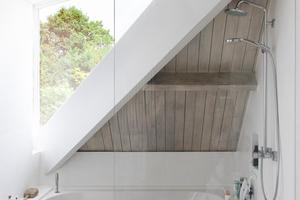 Während im Erdgeschoss vor allem das von oben einfallende Licht in den Anbauten auffällt, entsteht zusammen mit dem neuen Dachfenster des Badezimmers im Obergeschoss eine Art Staffelung der Dachflächen, die sehr gut mit den versetzten Grundrissflächen übereinstimmt
