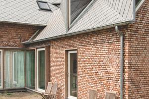 Der Eingriff der Architekten ist von<br />außen in erster Linie im Bereich der Dachaufbauten sichtbar, zeigt sich<br />innen aber durch eine völlige Neuorganisation der Räume des Erdgeschosses und des Ausbaus des Dachgeschosses zu einem Schlafbereich mit drei Schlafzimmern und einem Badezimmer