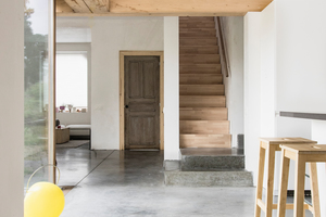 """Der zentrale, zwischen dem Eingang und dem Garten gelegene Familienraum spielt in der architektonischen Komposition der Architekten eine wesentliche Rolle: Diesen a priori """"undefinierten"""" Raum kann die Familie je nach Bedarf und Zeit an ihre individuellen Bedürfnisse anpassen. Er stellt den zentralen Treffpunkt aller Familienmitglieder dar"""
