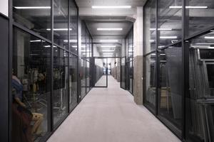 Im Erdgeschoss hinter dem Empfang ist der Fundus über Glaswände zum Flur hin geöffnet; was teils spektakuläre Einblicke möglich macht
