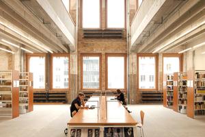 Zwei doppelgeschossige Einschnitte konnten realisiert werden: Bibliothek …