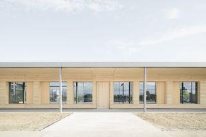 Der große Dachüberstand umrahmt das Gebäude optisch und ermöglicht den SchülerInnen einen überdachten Freibereich.