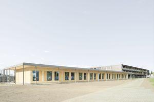 Der preisgekrönte Neubau des in Stahlbeton erbauten Gymnasiums Markt Indersdorf von Allmann Sattler Wappner Architekten der 2002 fertiggestellt wurde, bekam nun einen Erweiterungsbau in Massivholzbauweise.