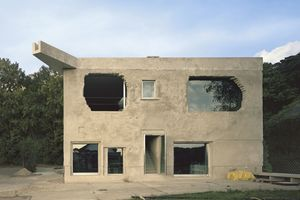 Bauten von Brandlhuber wie die Antivilla, das Terrassenhaus im Wedding oder das Haus in der Brunnenstraße in Berlin sind Aushängeschilder für seine Architektur.