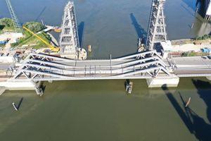 Die Retheklappbrücke besticht durch eine innovative Konstruktion zur Lösung einer anspruchsvollen Aufgabe – die schiefwinklige Querung von Straße und Schiene im Hamburger Hafen. Die vierflügelige Klappbrücke ist aufgrund ihres neuartigen, wartungsarmen Schließmechanismus europaweit einzigartig. Entwurf: Michael Borowski, Ingenieurbüro Grassl GmbH