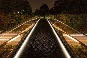 Der Trumpf-Steg Ditzingen ist eine hochelegante Brücke, deren Konstruktion – eine nur 20 mm dicke, doppelt gekrümmte Edelstahlschale – den virtuosen Umgang der Ingenieure mit Tragwirkungen und Fertigungsverfahren veranschaulicht und zugleich einen überzeugenden Bezug zu Ort und Bauherr schafft. Entwurf: Prof. Dr. sc.techn Mike Schlaich, sbp