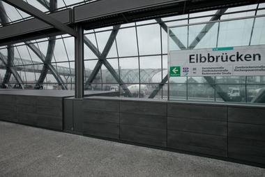 Vom Bahnsteig der U-Bahnstation ein erster Blick auf die S-Bahnstation