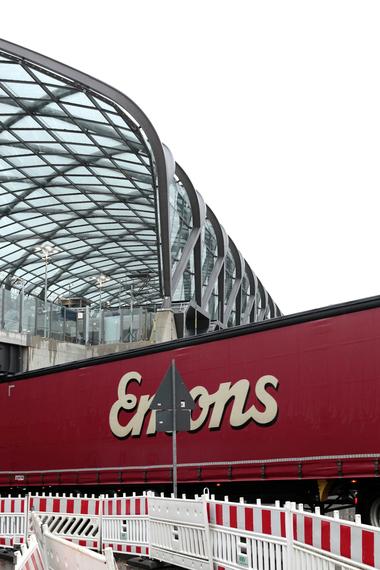 Beide Bahnhöfe sind - konstruktiv betrachtet - auch Brückenbauten. Unter ihrer Südseite arbeiten sich endlos lange LKW-Schlangen von Ost nach West und umgekehrt