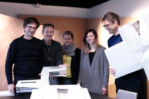 DFB-Akademie-Team mit Pappmodell (v. l.): Dirk Lange (Partner), Aldrik Lichtwark (Projektkoordinator und BIM-Experte), Nikola Müller-Langguth (Head of Communication), Carina Faustmann (für das DFB-Projekt zuständige BIM-Koordinatorin) und Kilian Kada (Geschäftsführender Gesellschafter | Partner)