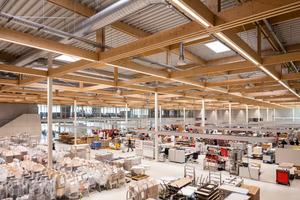 """""""Die Konstruktion und Materialität des Gebäudes ist in hohem Maße vom Produkt inspiriert. So haben wir beispielsweise ein modulares Holztragwerk gewählt, das sich im Hinblick auf seine Fügung durch sehr besondere Details auszeichnet."""" (Martin Henn)<br /><br />"""