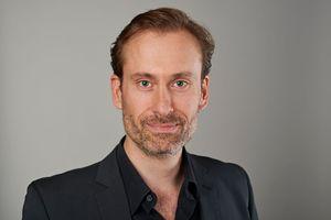 """Götz van Ooyen liest aus verschiedenen Texten zum Thema """"Leben im Hochhaus"""""""