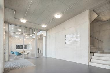 Hinter dem Gebäudekonzept steht der Anspruch, eine kostengünstige Mietfläche zu schaffen. Dies gelang durch die Optimierung der Flächen und Kubaturen, die Auswahl weniger industrieller Materialien sowie durch ein angemessenes Technikonzept