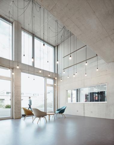 Während die Oberflächenqualität im Innenraum roh und unbehandelt ist, zeigt sich das Gebäude außen in der höchsten Sichtbetonklasse SB 4