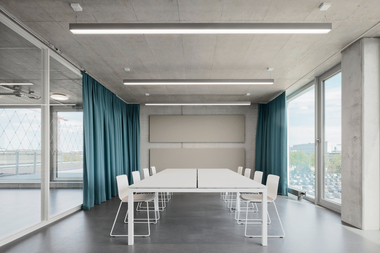 Im 4. Obergeschoss befinden sich die Seminarräume. Die angegliederte Dachterrasse dient als Kommunikationsort und Aufenthaltsfläche